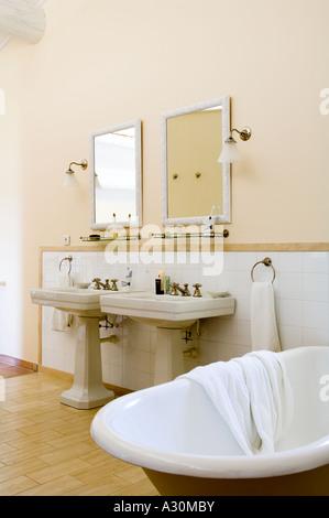 Lavabos dobles con bañera en el baño. Foto de stock