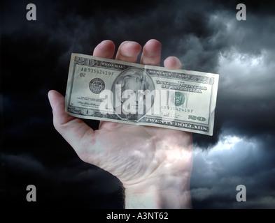 Mano sosteniendo dinero nosotros veinte dolares Foto de stock