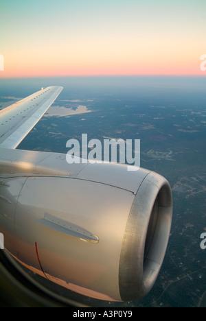 Motor Jet y el ala durante el vuelo al atardecer