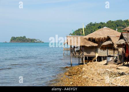 Simple choza hecha de bambú y rattan, justo en la orilla solitaria playa Hat Tha Nam Koh Chang Tailandia Foto de stock