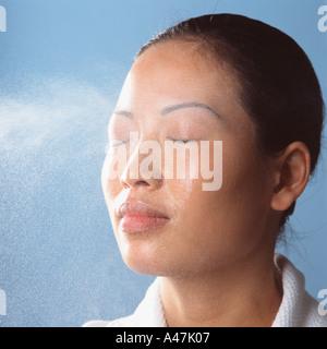 Pulverización de agua en la cara de los womans