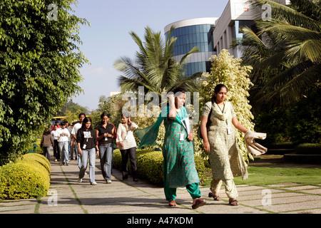 Jóvenes mujeres indígenas que trabajan en la industria de ropa tradicional de desgaste en el Campus de Infosys en Bangalore en la India Foto de stock