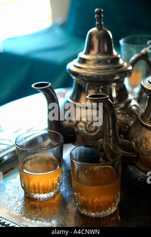 Teteras con vasos de té