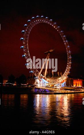 El Ojo de Londres desde el río Támesis por la noche tiempo pasajeros viajen en la atracción de propiedad de British Foto de stock