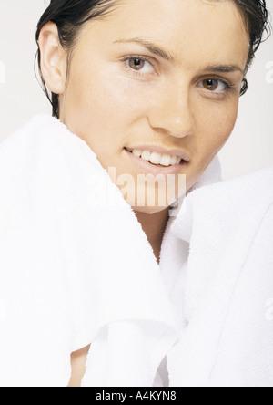 Mujer con la toalla alrededor del cuello