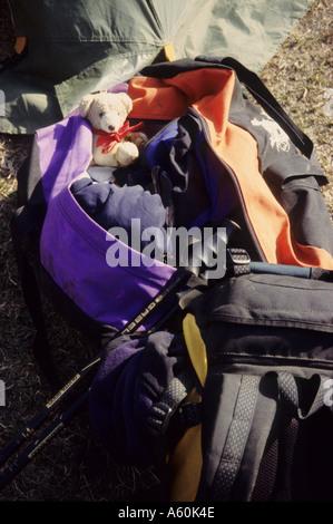 Ropa y equipo necesario para un trekking vacaciones embalado en un bolso suave y mochila de día