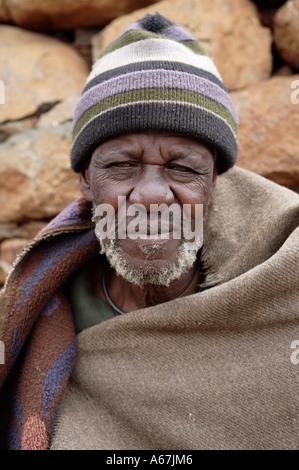 Anciano Basotho hombre vestido con manta tradicional Foto de stock