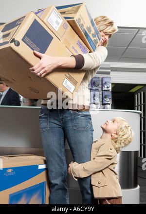 Madre e hija, en la compra de equipos electrónicos Foto de stock