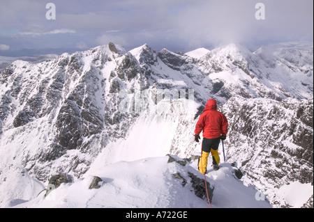 Un escalador en la cumbre de Sgurr Alasdair, el pico más alto de los Cuillin Ridge, un Munro en Skye, Escocia, Reino Unido