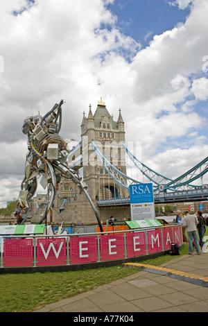 - Giant Weeeman escultura hecha de residuos electrónicos - en el Tower Bridge de Londres