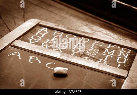 Escuela antigua pizarra con ABC s escrito sobre ella