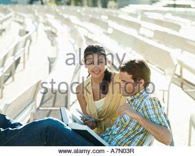 Un Muchacho Contestando Un Tel 233 Fono Sentado Delante De Un