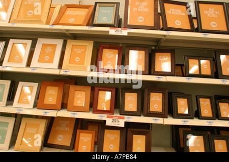 Moneda US en marcos de imagen en la estantería Foto & Imagen De ...