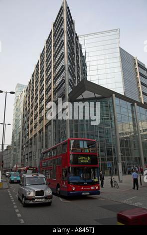 Abn Amro edificio rojo taxi double decker bus Shoreditch High Street, Londres, Inglaterra
