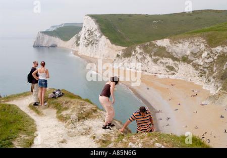 Los turistas en acera, disfrutar de las vistas de los acantilados de caliza de murciélagos de cabeza y Swyre Cabeza sobre la costa de Dorset Inglaterra