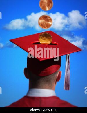 Concepto de ahorros universitarios hombre con toga y birrete y monedas de centavos en la ranura del banco blue sky