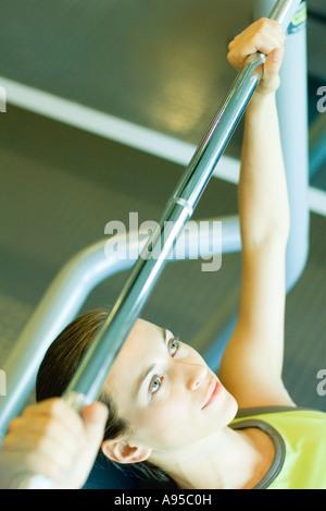 Mujer levantamiento barbell, vista parcial
