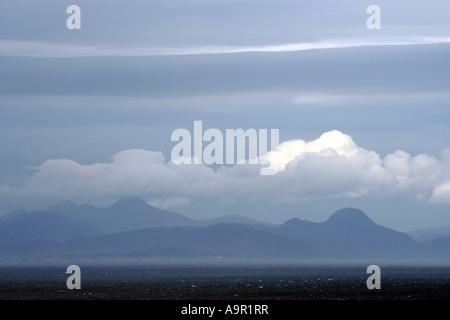 Misty vista de Harris y Lewis,las Hébridas Exteriores desde el norte de la Isla de Skye, Skye,Sierra,Inner Hebrides,Escocia,UK Foto de stock