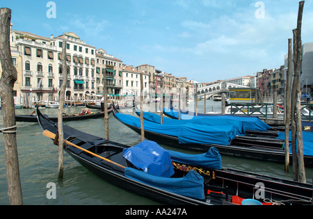 Las góndolas en el Gran Canal con el puente de Rialto en la distancia, Venecia, Italia