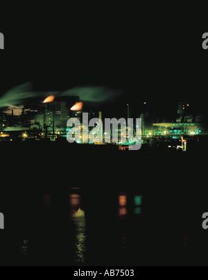 Fábrica de productos químicos en la noche; una parte del complejo químico en Billingham visto sobre el río Tees, Teesside, Cleveland, Inglaterra, Reino Unido.