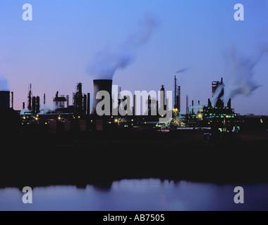 Parte del complejo químico en Billingham, visto en el río Tees de noche, de Teesside, Cleveland, Inglaterra, Reino Unido.