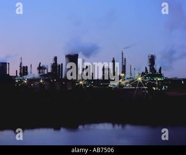 Parte del complejo químico en Billingham visto sobre el río Tees por la noche, Teesside, Cleveland, Inglaterra, Reino Unido. En la década de 1990