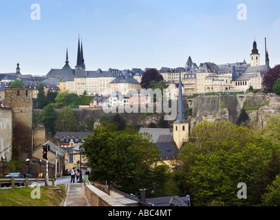 Vista a través de los Grund a la Corniche trimestre de la ciudad de Luxemburgo Luxemburgo Europa