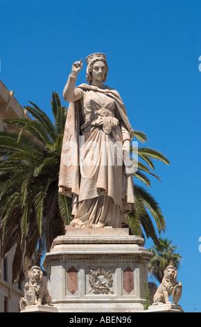 Estatua de Eleonora celebración scroll de Carta de Logu. La plaza Eleonora d'Arborea, Oristano, Cerdeña