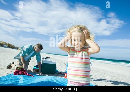 Niña de pie en la playa