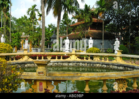 Pequeño estanque en la Dhyana jardín rodeado de estatuas de Buda, colgar du Temple, Haiphong, Vietnam