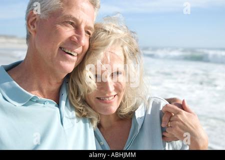 Retrato de smilin par en la playa