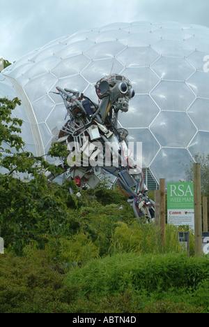 El bioma templado cálido y WeeeMan estatua en Eden Project St Austell, Cornwall Inglaterra, Reino Unido
