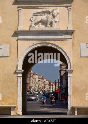 Puerta de entrada de la ciudad con el León de San Marcos Marcos calle principal de Chioggia Italia
