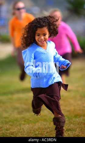 Niña que corre sobre la hierba en los bajíos de mejillón Carpenteria el Condado de Santa Bárbara, California, Estados Unidos MR