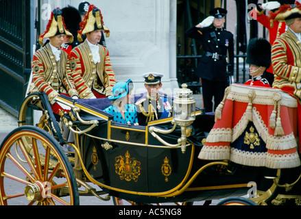 El Príncipe Carlos la Princesa Diana en el carro al príncipe Andrew s boda real pompa británica Foto de stock