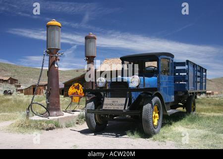 Camioneta Dodge azul en Main Street, la ciudad fantasma de Bodie, California, EE.UU.