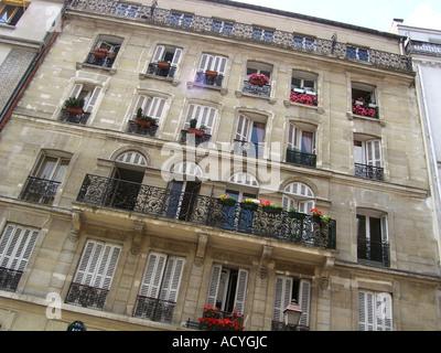 Edificio de apartamentos en París Francia en el área de la ciudad de interior