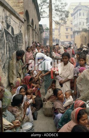 Las mujeres pobres, las colas para obtener alimentos en la misión de la Madre Teresa de Calcuta en la India Foto de stock