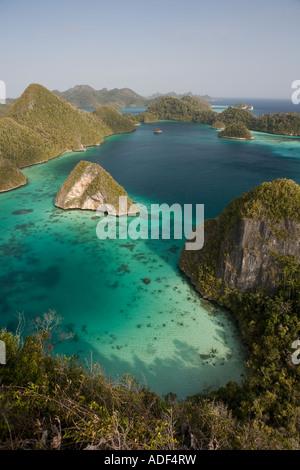 Los colores de una remota laguna de Raja Ampat, Indonesia son casi surrealista.