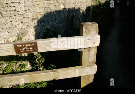 El príncipe Carlos y Lady Diana firmar en el portón en la bonita aldea de Cotswold Lower Slaughter Gloucestershire Inglaterra Foto de stock