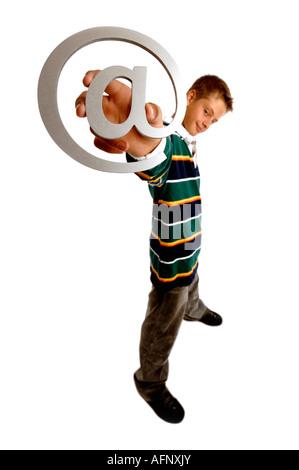 Chico con brazo extendido sujetando un correo electrónico en symbol
