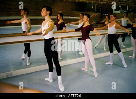 Royal Ballet School, White Lodge, Richmond Park Londres. Adolescentes practicando contra una barra de pared 1990 Reino Unido HOMER SYKES