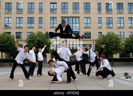 Korean romper bailarines actuando en las calles de Edimburgo