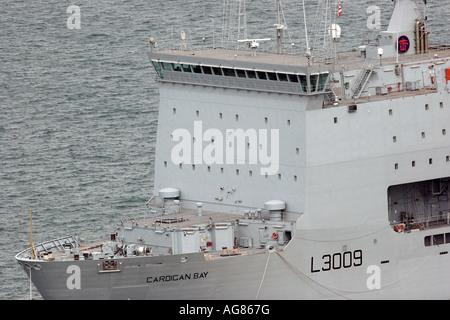 RFA Cardigan Bay en Portland Puerto en Dorset, uno de los cuatro buques de suministro clase Bay que visita regularmente Foto de stock
