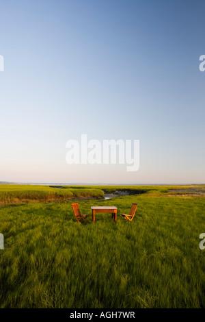 Mesa y sillas de madera en un pantano salado Massachusetts EE.UU.