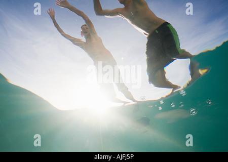 Los niños saltando a la piscina