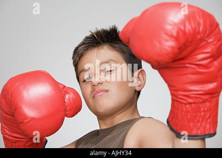 Niño usando guantes de boxeo Foto de stock