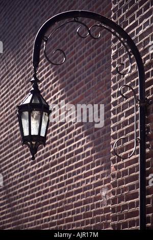 Vieja lámpara metálica en la pared exterior del Cementerio de La Recoleta. Buenos Aires, Argentina