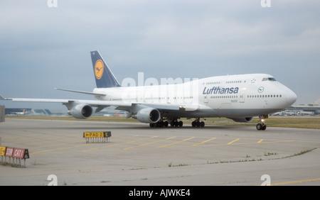 Un jumbo de Lufthansa los taxis en el Aeropuerto Internacional Pearson en Toronto, Canada