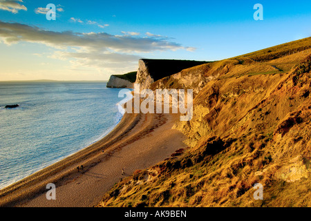 Justo antes de la puesta de sol sobre la costa de Dorset mirando al occidente desde la cabeza hacia la puerta de Durdle Swyre y murciélagos cabeza
